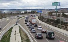 Un camión pierde su carga de tripas para embutidos en la Ronda Exterior de Valladolid