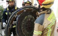 Los bomberos retiran un rosetón de la iglesia de Las Esclavas de Valladolid ante el riesgo de caer a la calle
