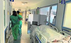 La falta de camas en la UCI obliga al Clínico a atender a pacientes críticos en los pasillos