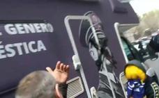 Activistas frenan el avance de la caravana antifeminista de HazteOír
