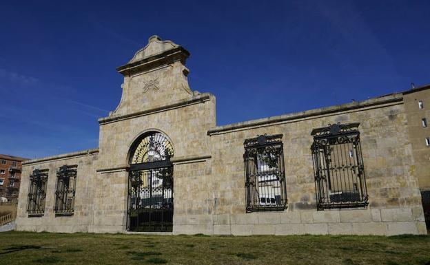 Puerta principal del antiguo cuartel Julián Sánchez, junto a la que se colocará el monolito.