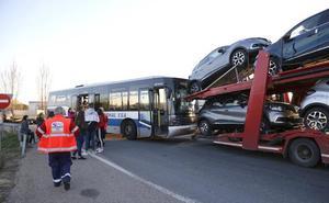 Un autobús con pasajeros choca en Villamuriel con un camión de transporte de vehículos