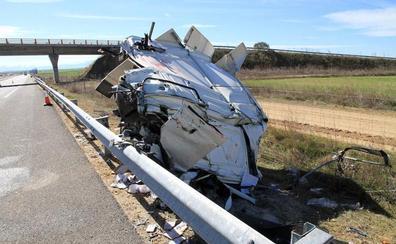 Una colisión de madrugada entre dos camiones obliga a cerrar durante horas un carril de la Autovía de Pinares