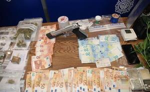 Dos detenidos por robar a una mujer a punta de pistola y por narcotráfico