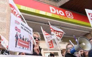 Trabajadores de supermercados DIA exigen en Valladolid la retirada del ERE