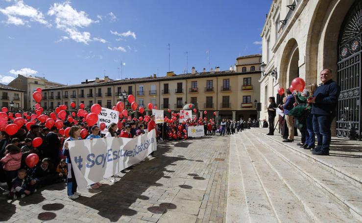 Celebración del día de las escuelas católicas en la plaza mayor