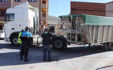 Un camión cargado de cereal pierde la caja y obliga a cortar durante horas la travesía de Cuéllar