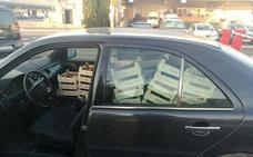 Denunciado el conductor de un turismo por transportar numerosas cajas de fresas de forma incorrecta