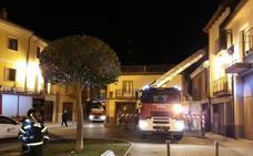 Los bomberos sofocan un incendio en dos casas del casco antiguo de Peñafiel