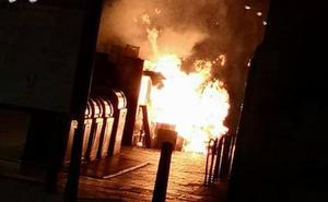 Arden dos contenedores en la calle Teresa Gil de Valladolid
