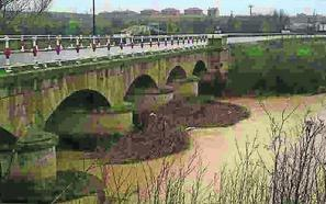 La Junta construirá dos pasarelas para evitar el tránsito peatonal por el puente de piedra de Rioseco