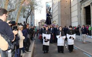 Silencio y oración en el Vía Crucis de Cuaresma de la cofradía de la Pasión de Valladolid