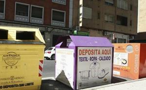 Rescatada una menor que quedó atrapada en un contenedor de ropa usada en Salamanca