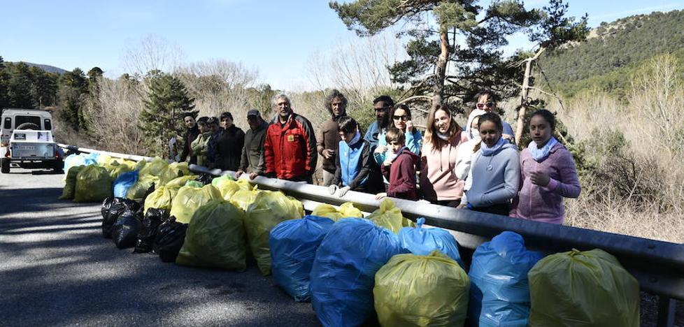Voluntarios recogen 825 kilos de basura junto a la Nacional VI