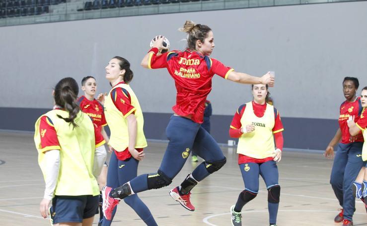 Entrenamiento de la selección nacional de balonmano femenino en Palencia