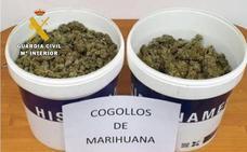 Le paran por usar el móvil en la carretera y hallan 2,5 kilos de marihuana en su furgoneta