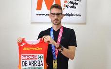 Álvaro de Arriba sortea la indumentaria de su oro Europeo para la investigación de la Esclerosis Múltiple
