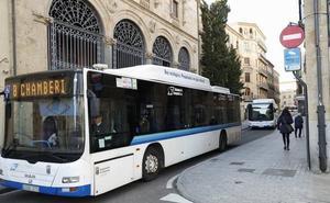 Mateos promete reforzar las líneas del autobús en las horas punta