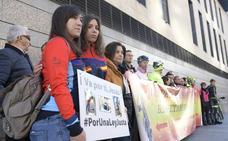 Concentración ante la Audiencia de Valladolid en apoyo de los dos ciclistas atropellados por un camionero
