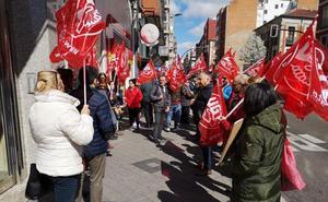 La Junta de accionistas de DIA apoya el rescate de la cadena con la expectación de los empleados