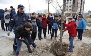 Plantaciones de árboles y visitas a la depuradora de aguas residuales en Palencia