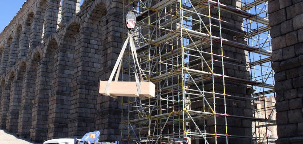 Una grúa de 20 metros baja con éxito la imagen de la Virgen del Acueducto tras cinco siglos a la intemperie