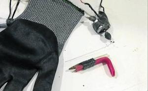 Un funcionario se pincha con una máquina de tatuar en un registro de la cárcel de Dueñas