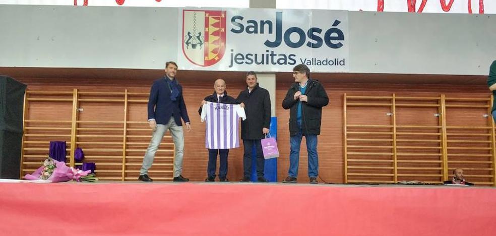 El colegio San José y el deporte de Valladolid homenajean al profesor Sánchez Cisneros