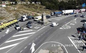 El incendio de un vehículo corta el Alto del León durante más de una hora