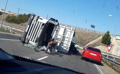 Vuelca un camión en la rotonda de Aldeatejada