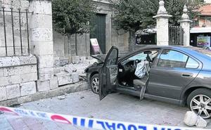 Llega al juzgado el atestado del coche que se empotró contra una iglesia de Palencia