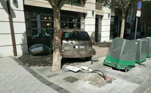 Destroza una valla y un contenedor para evitar meterse en sentido contrario por la calle Librería de Valladolid