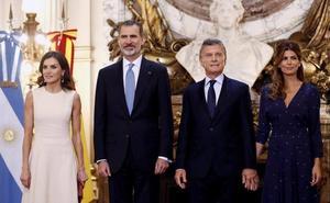 Los Reyes comienzan su viaje de Estado a Argentina 'encerrados' en el avión