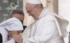 El Papa evitó los besos en el anillo «por higiene»