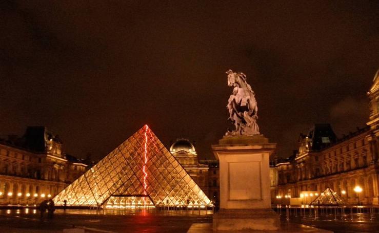 Lectores por el Louvre