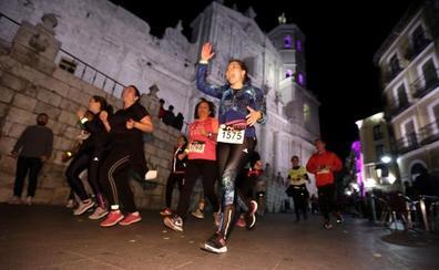 Más de 2.600 atletas recorren los monumentos (iluminados) de Valladolid en plena 'Hora del planeta'