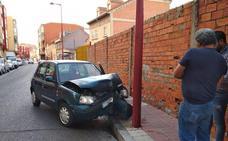 Choca contra una farola al intentar esquivar a otro coche en el barrio vallisoletano de Pilarica