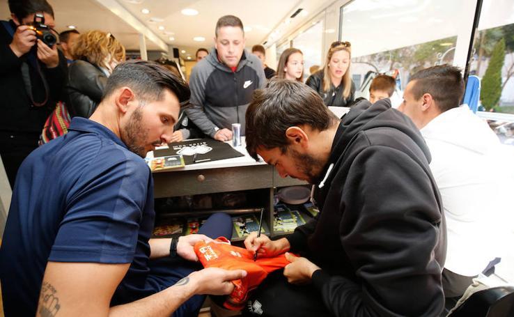 Piojo, Molina y De la Nava firman autógrafos