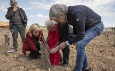 Mensajeros de la Paz visita una bodega en la Ribera del Duero