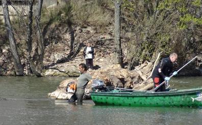 El trabajo de los voluntarios libera de troncos los ojos del Puente Mayor de Valladolid