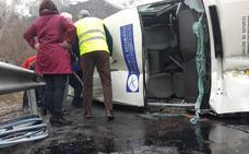 Nueve heridos en el vuelco de un furgón que llevaba a un equipo de baloncesto adaptado en la AP66 en Caldas de Luna