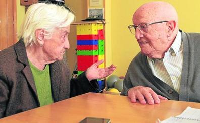 La costurera andariega y el conductor de 100 años