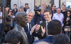 Pablo Casado y Suárez Illana reivindican el discurso de la 'concordia social' frente a la estatua de Adolfo Suárez