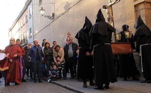 Los cofrades segovianos recorren el camino literario de los carmelitas