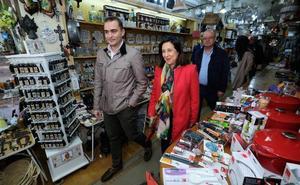 Margarita Robles visita los comercios abulenses y critica el uso político de otros partidos de la Semana Santa