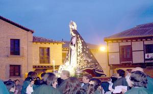 El 'Vía Matris' con el paso de la Virgen de Dolores abrió anoche las procesiones de la Semana Santa de Arévalo