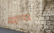 Denunciado por hacer pintadas en la fachada de la Iglesia de San Benito en Valladolid