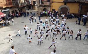 Los vecinos de Sotoserrano bailan en la Plaza Mayor en contra de la Violencia de Género
