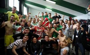 El CD Guijuelo se mete en la lucha por el play-off tras ganar con 10 desde el 54 al Castilla (2-1)