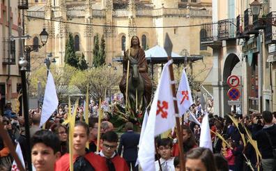 Cientos de segovianos llenan el casco histórico para asistir a la procesión de La Borriquilla